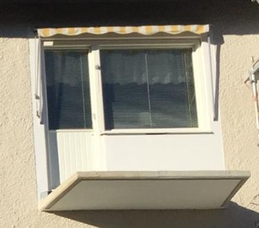 Exempel på markis ovanför balkongdörr och fönster.